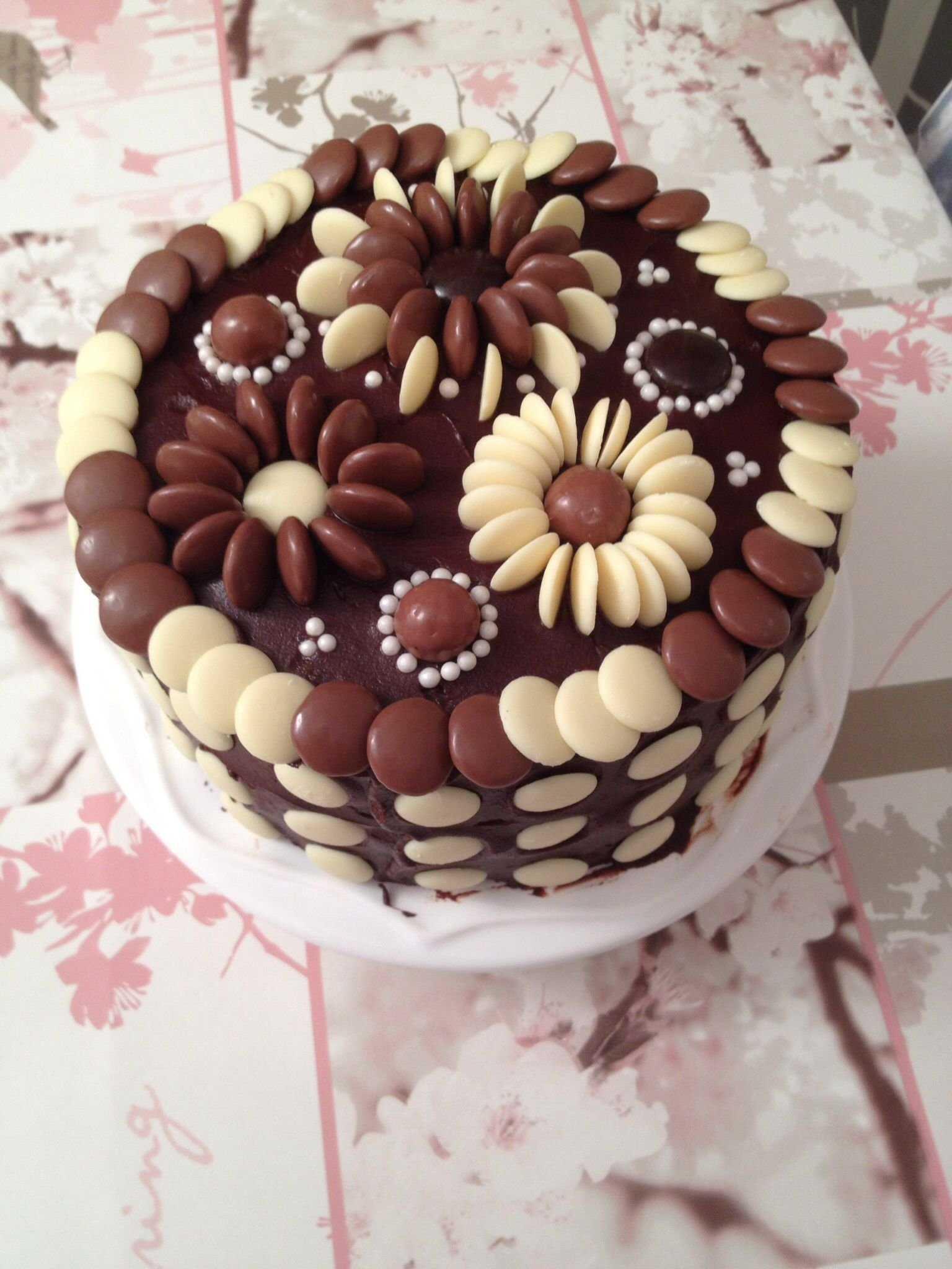 Как украсить новогодний торт 2021 в домашних условиях, фото украшений из шоколада, мастики, карамели